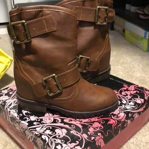 NWT. Brown boots